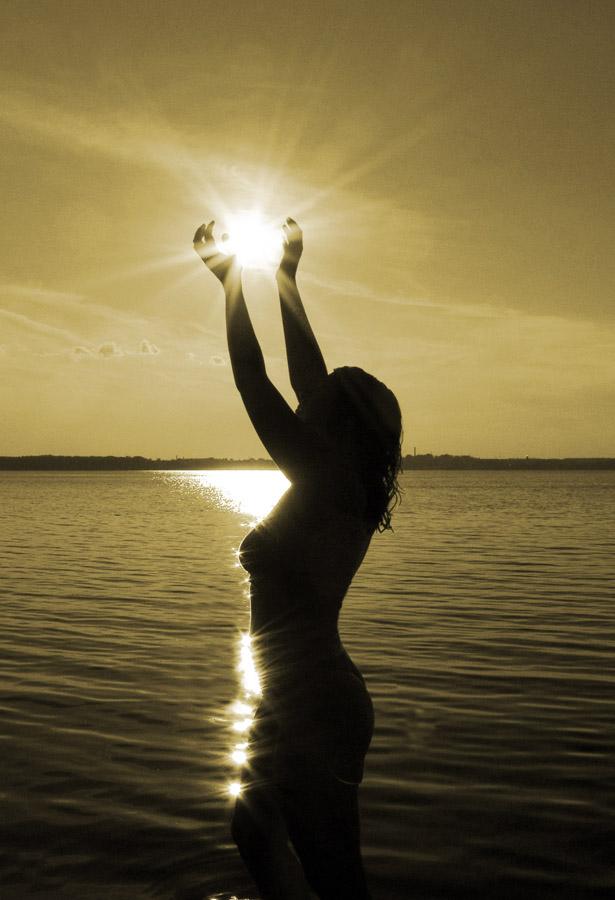 Красивые снимки голой девушки на закате солнца у реки  72648
